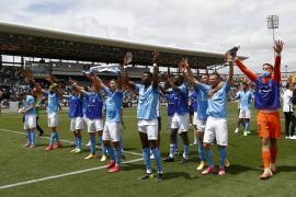 Los jugadores de la UD Ibiza celebran la victoria al término del partido.