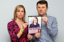 Los padres de Madeleine sostienen una foto de la pequeña