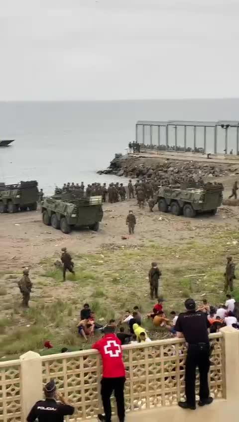 El Ejército toma la playa de Ceuta tras la llegada masiva de inmigrantes marroquíes