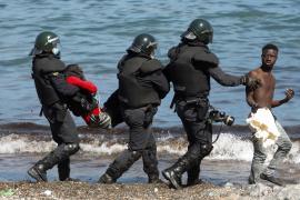 Europa avisa de que «no se dejará intimidar por nadie» y ofrece a España medios en Ceuta y Melilla