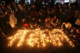 Miles de personas se manifiestan en la India en homenaje a la joven violada en un autobús