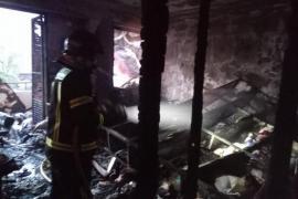 Sobresalto por un incendio de madrugada que calcina una caseta de aperos de una finca en Benirràs