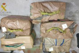 La Guardia Civil investiga la procedencia de los fardos de hachís hallados en Formentera