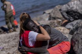 La dura historia de Abdou, el chico al que Luna abrazó en Ceuta