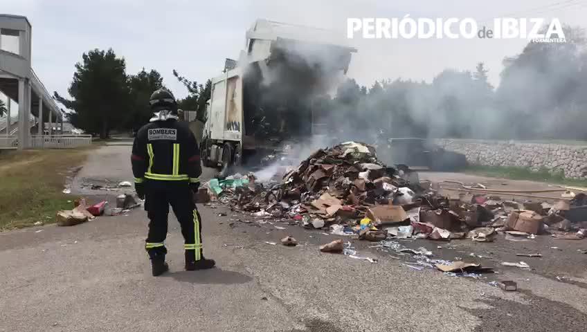 Un camión cargado con cartones se incendia a las puertas del Parque de Bomberos de Ibiza
