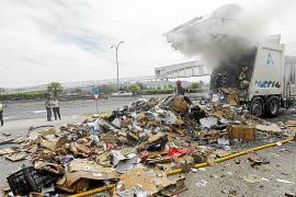 Los Bomberos sofocan el incendio de un camión de basura
