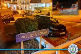 Un conductor estaciona en la acera frente a la Policía de Sant Josep