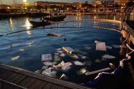Una embarcación arde y se hunde en Marina Ibiza