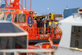 Los 16 migrantes rescatados en aguas pitiusas, en la comisaría