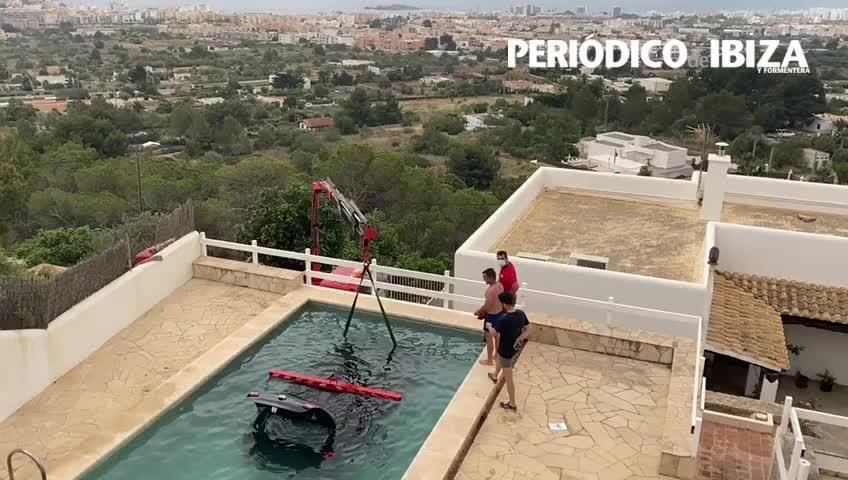 Un coche mal frenado aterriza en una piscina en un chalet de Ibiza