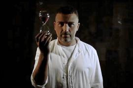 Chris Martos en el videoclip 'Ángel caído'