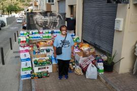 Vicent entrega a Cristóbal Ibiza lo recaudado con sus rifas solidarias