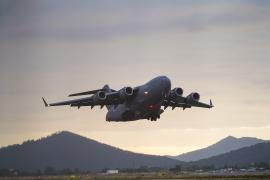 Expectación por el aterrizaje de un C-17