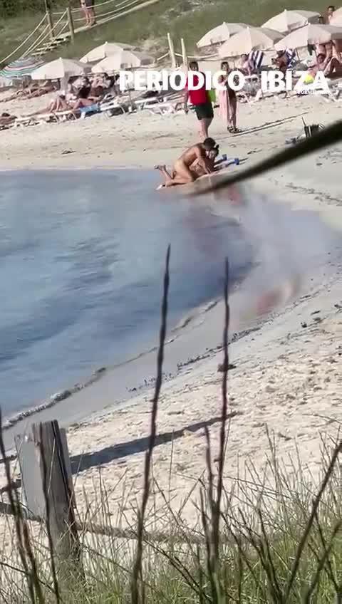 Una pareja practica sexo a plena luz del día en una playa de Formentera