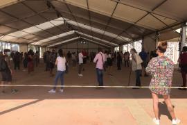 Largas colas en el Recinto Ferial de Ibiza para acceder a la vacuna