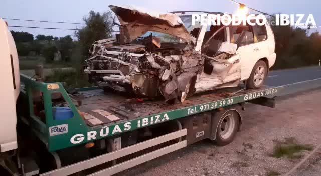 Rescatan a una mujer atrapada tras un violenta colisión contra un camión en Santa Eulària