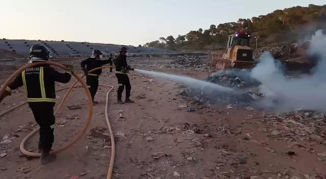 La combustión de una bengala causa un incendio en el vertedero