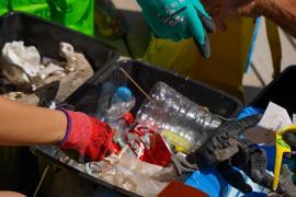 Limpieza de la playa de Talamanca de Plastic Free Ibiza y Formentera, en imágenes. (Fotos: Irene Arango)