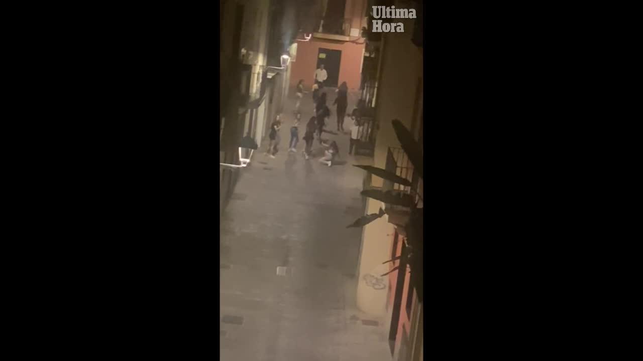 Un grupo de menores rodea y da una paliza a un joven en el centro de Palma