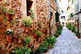 Calle empedrada en Valldemossa