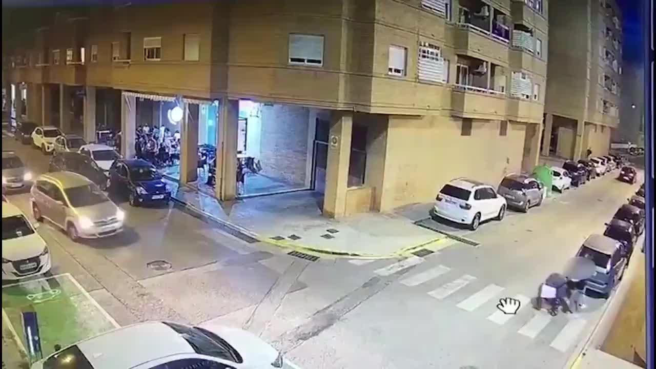 Noquea al conductor que casi atropella a su bebé al saltarse el paso de cebra