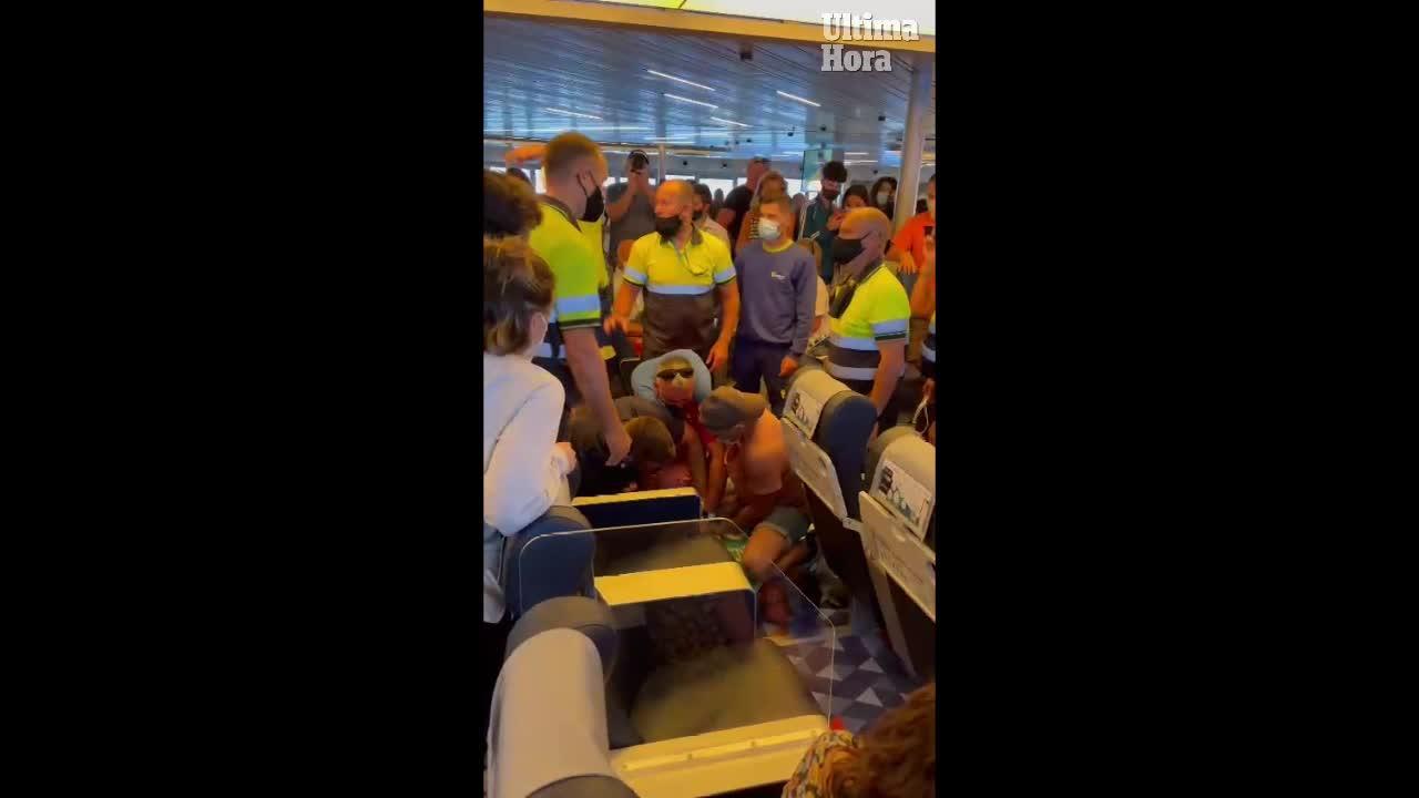 Reducido un pasajero en un barco destino a Ibiza