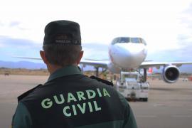 Detenido por robar un bolso a un turista que se fotografiaba en el aeropuerto de Ibiza