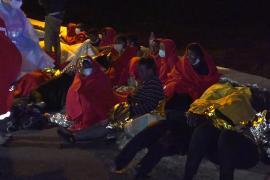 Más de un centenar de migrantes llegan durante la noche a las islas de Fuerteventura y El Hierro