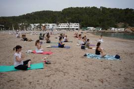 Una veintena de personas asisten al Natural Yoga Sant Joan