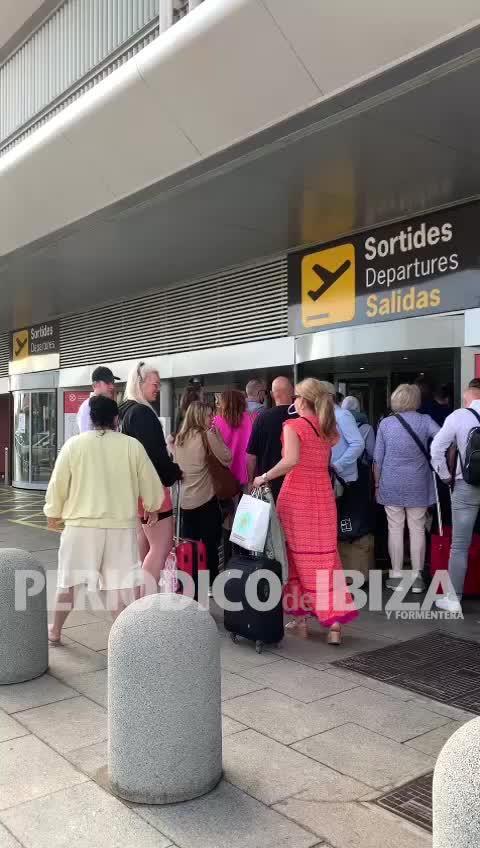 Cola kilométrica para acceder al aeropuerto de Ibiza