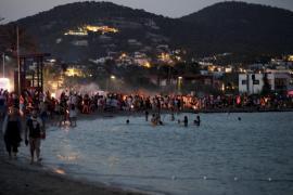 Los ayuntamientos de Ibiza cierran sus playas para evitar aglomeraciones en la 'nit de Sant Joan'
