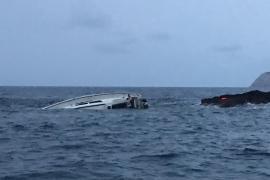 Rescatados con hipotermia los cinco ocupantes de un velero hundido en es Jondal