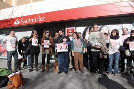 La PAH de Ibiza se concentra frente a un banco para pedir la paralización de un desahucio programado para el 30 de enero