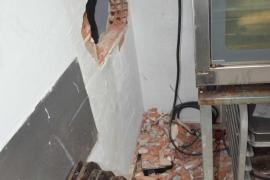 Dos detenidos por el robo con butrón en un supermercado de Ibiza