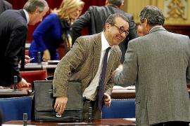 El Parlament exime de responsabilidad a los rent a car en el decreto contra los taxis pirata