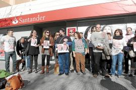 Los afectados por las hipotecas exigen al Banco Santander que pare un desahucio en Santa Eulària