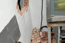 Detenidos dos jóvenes por un robo con butrón en un negocio del centro de Ibiza