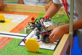 El futuro de la robótica ibicenca muestra sus habilidades en Es Pratet