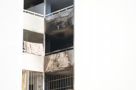 Incendio en un edificio de la calle Sant Rafel de Sant Antoni, en imágenes. (Fotos: Irene Arango)