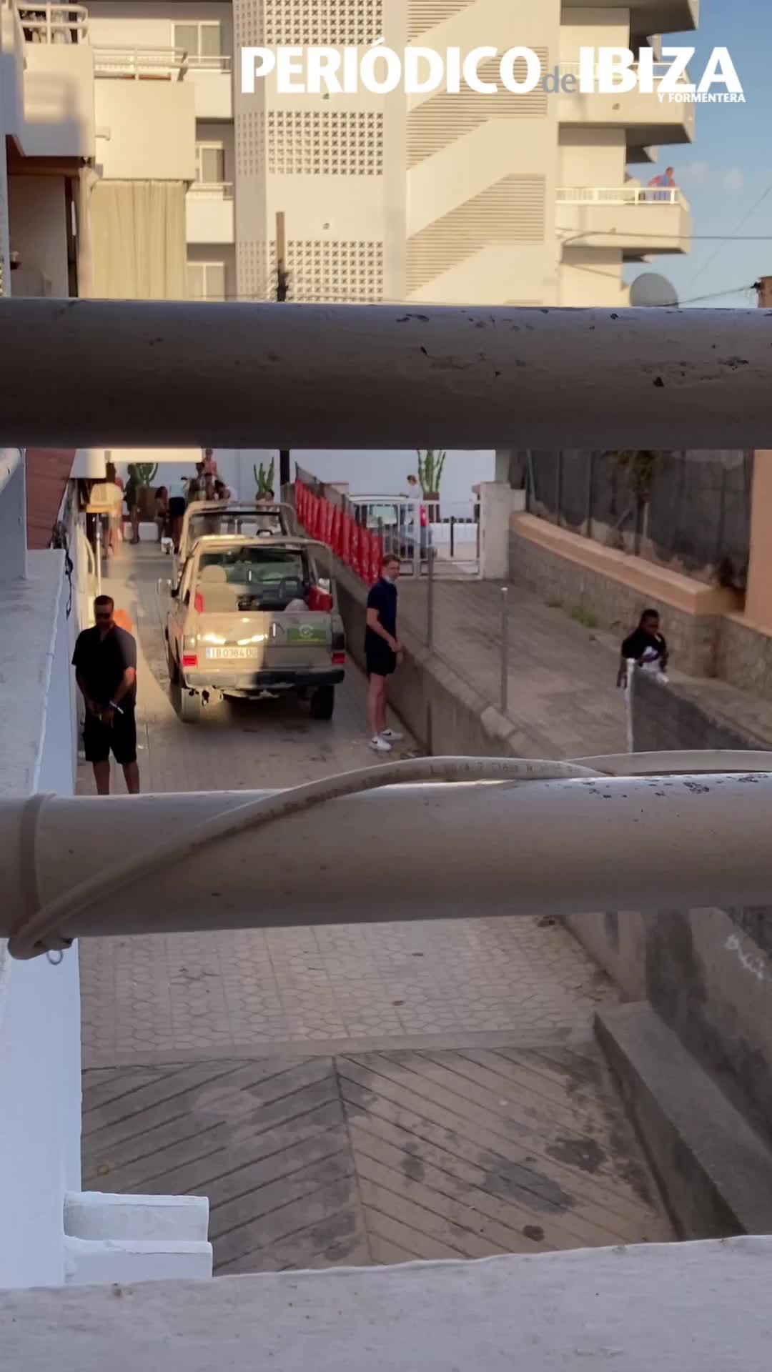 Vecinos de es Viver denuncian que turistas borrachos orinan frente a sus viviendas
