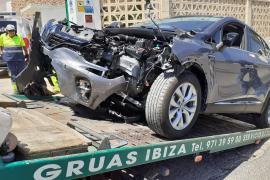 Aparatoso accidente entre un taxi y un Rent a Car en el vial de servicios del aeropuerto