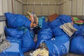 Sant Josep dona el material textil intervenido por la venta ambulante a la Fundación Deixalles