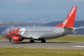 El aeropuerto de Ibiza vuelve a contar con todas sus compañías británicas y los precios se disparan