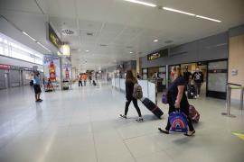 La llegada del primer vuelo procedente de Reino Unido a Ibiza esta temporada, en imágenes.