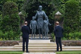 Guillermo y Enrique se dan una tregua en la inauguración de una estatua en honor a Diana de Gales
