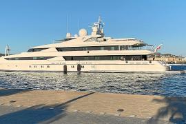 Atraca un megayate en el puerto de Ibiza pese a no haber concesión