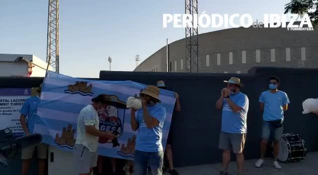 Unos 70 aficionados de la UD Ibiza se concentran a favor del fútbol profesional