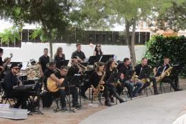 La Big Band Ciutat d'Eivissa repasa los clásicos del jazz en la Plaza Antoni Albert i Nieto