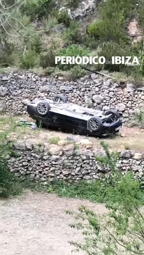 Dos heridos, uno de ellos grave, tras salirse de la carretera y caer más de diez metros en Ibiza