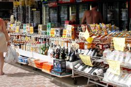 Baleares prohíbe la venta de alcohol en comercios y gasolineras a partir de las diez de la noche